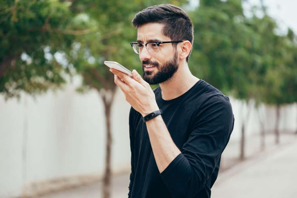 Proč byste si měli povídat se svým telefonem i na ulici